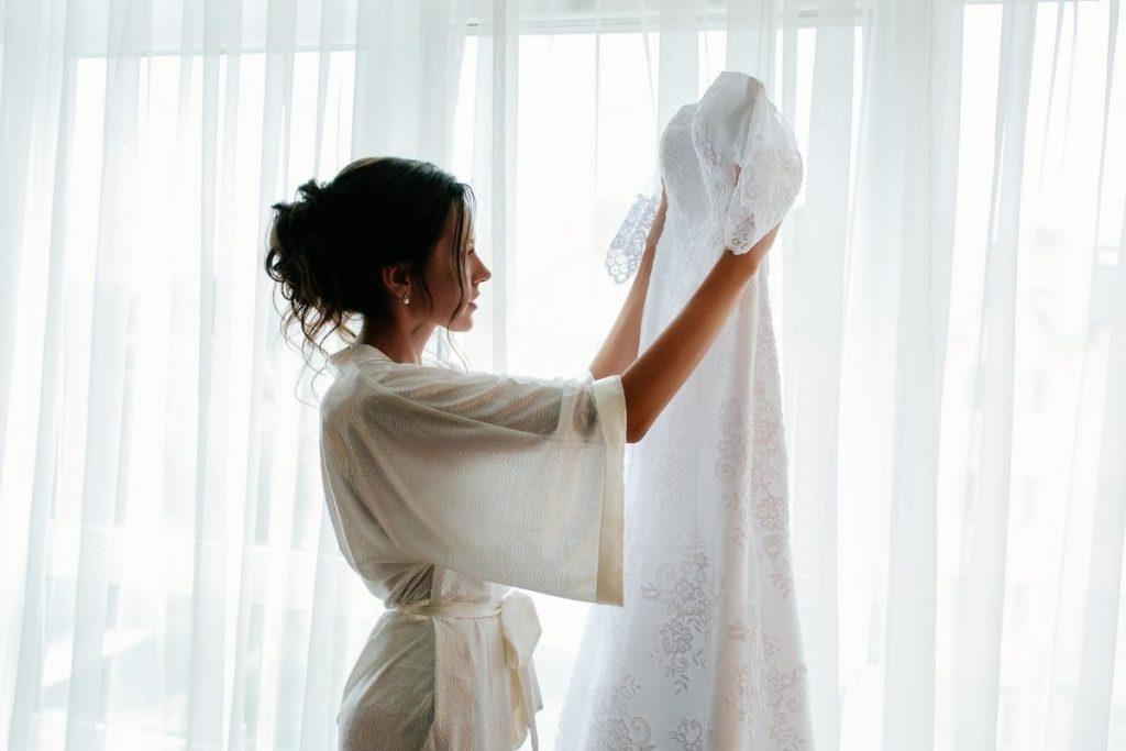 Kobieta z suknią ślubną z salonu w Krakowie