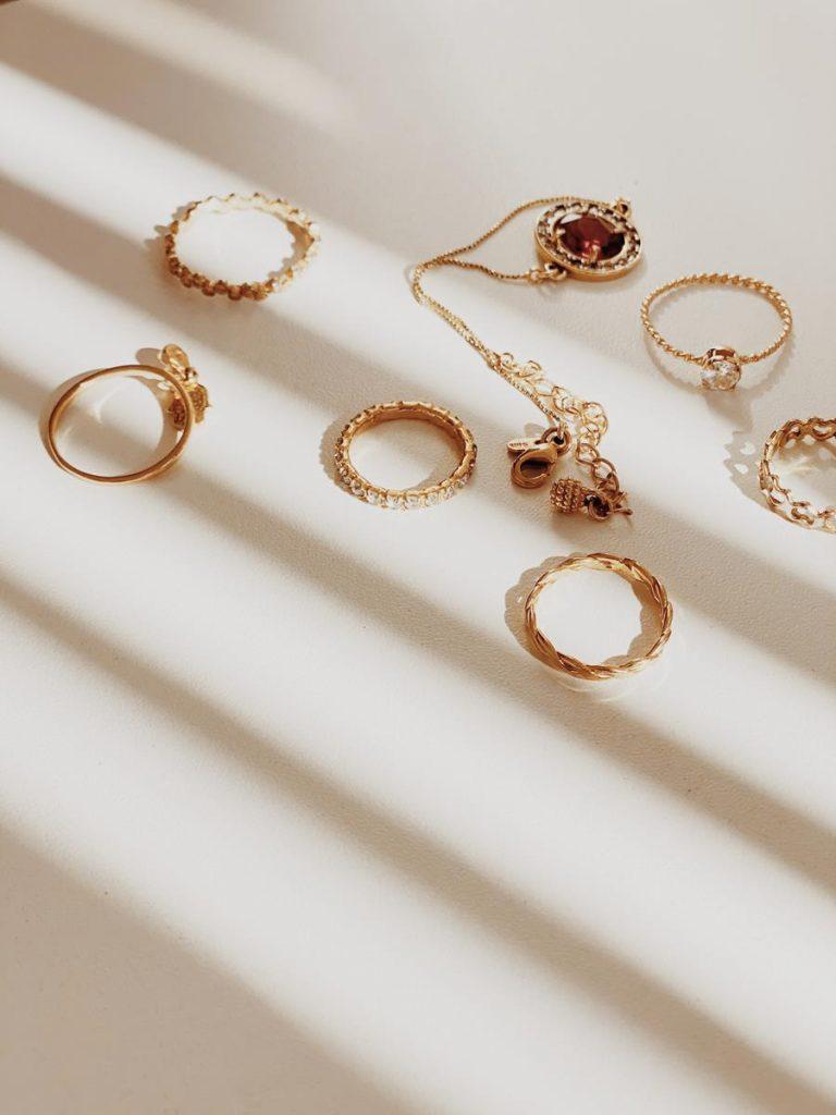 Szybkie wskazówki do naśladowania podczas zakupów biżuterii